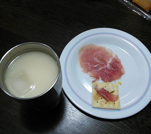豆乳フルーツミックス焼酎とクラッカーに生ハムとチーズをのせたものがあります