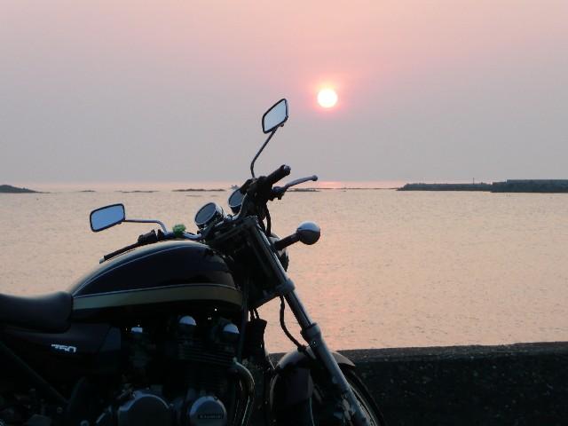 オートバイと夕焼け