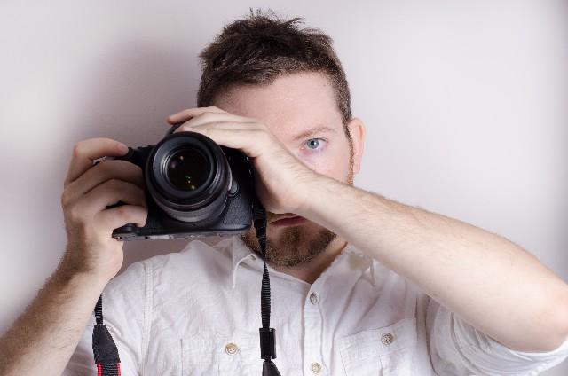 カメラを覗く男