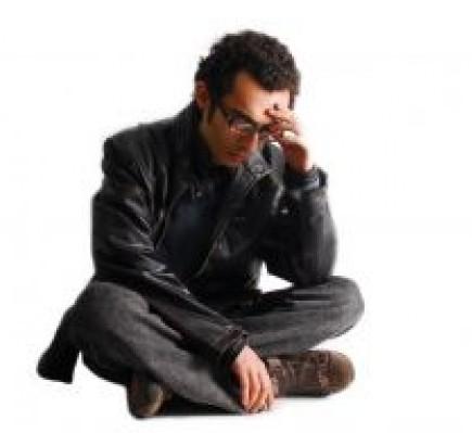 離婚届に失望する男
