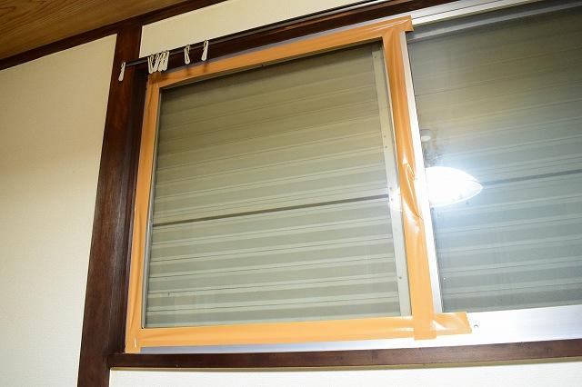 窓枠に貼り付けたダニホイホイ