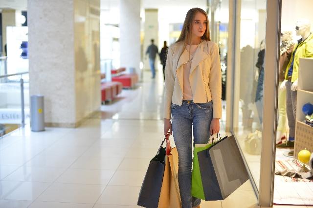 買い物をして荷物を持つ女性