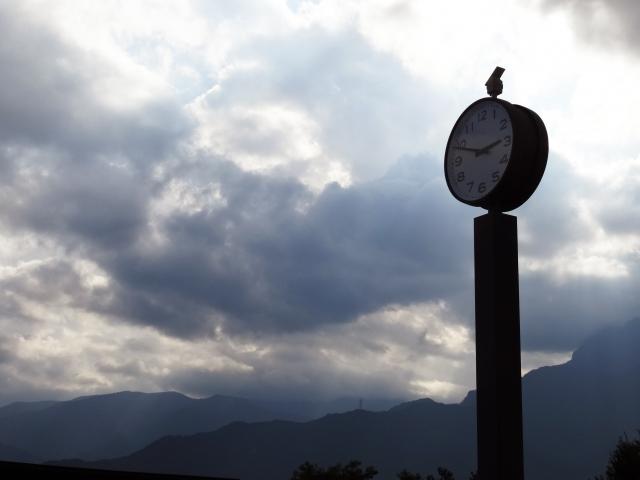 曇り空にそびえ立つ時計