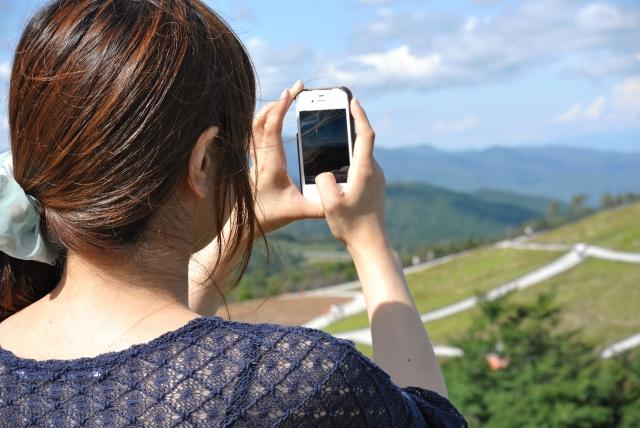 スマホカメラで撮る女性